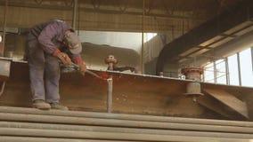 工作者切开有乙炔火炬的过时工业设备 股票录像
