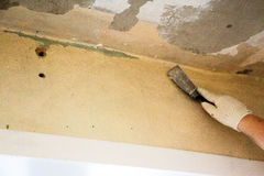 工作者刮老油漆 图库摄影