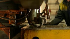 工作者参与金属切口在生产自动机械工具的,金属切削,特写镜头 股票录像