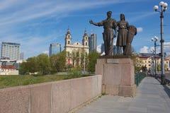 工作者和农厂妇女铜雕塑的外部苏联现实主义样式的在绿色桥梁在维尔纽斯,立陶宛 库存图片