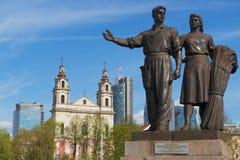 工作者和农厂妇女铜雕塑苏联现实主义样式的在绿色桥梁在维尔纽斯,立陶宛 库存图片