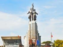 工作者和苏联的集体农庄的妇女纪念品在莫斯科 库存图片