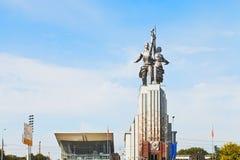 工作者和苏联的集体农庄的妇女纪念碑在莫斯科 免版税库存照片
