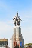 工作者和苏联的集体农庄的妇女雕象在莫斯科 库存照片