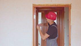 工作者固定或修理内门去除测量,与螺丝刀和统治者 影视素材