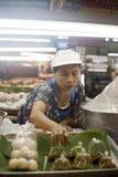 工作者在一个市场上在清迈,泰国 库存图片