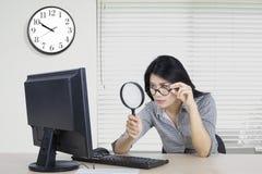 工作者在办公室观察计算机 免版税库存图片