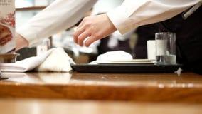 工作者在吃食物的顾客以后的清洁桌的行动 影视素材