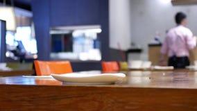 工作者在吃食物的顾客以后的清洁桌的行动 股票录像