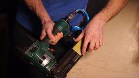 工作者在家具工厂填装在一台工业订书机的钉书针 股票视频