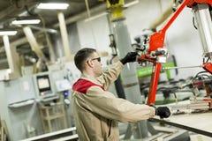 工作者在家具的生产的一家工厂 库存照片