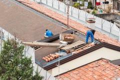 工作者在屋顶的建筑 库存照片