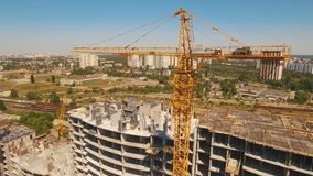 工作者在建筑,结构空中射击在是的过程中修造 影视素材