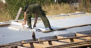 工作者在房子里切开了屋顶 图库摄影