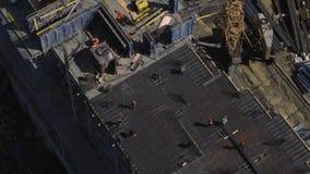 工作者在未完成的居民住房工地工作投入增强 股票录像