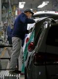 工作者在汽车工厂装配在装配线的一辆汽车 库存照片
