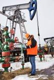 工作者在油田。 库存照片