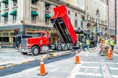 工作者在波士顿,横渡Tremont和烽火台街道修理路,马萨诸塞美国, 2017年7月30日 免版税图库摄影