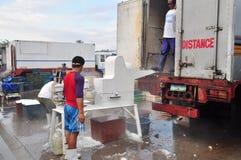 工作者在海口刮冰 库存照片