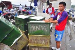 工作者在海口刮冰 免版税图库摄影
