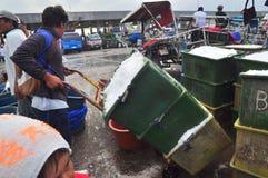 工作者在海口刮冰 免版税库存图片