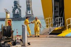 工作者在皮奥恩比诺海口,意大利准备乘客出口  免版税库存图片