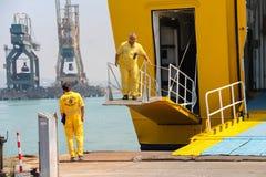工作者在皮奥恩比诺海口,意大利准备乘客出口  免版税库存照片