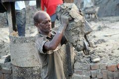 工作者在砖瓦厂 库存照片