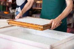 工作者在稀烂水的藏品模子在纸 库存照片
