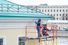 工作者在莫斯科的中心恢复一个房子 免版税库存图片