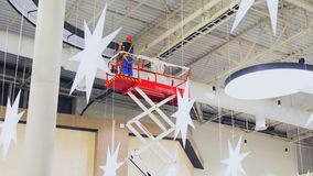 工作者在购物中心天花板时间间隔安装元素 股票视频