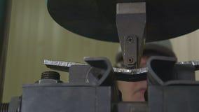 工作者在车间投入金属片断机制导电线 股票录像