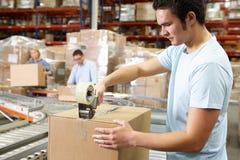 工作者在配给物仓库里 免版税库存照片