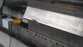 工作者在金属建筑公司中操作立弯机 股票录像