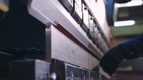 工作者在金属板立弯机工作 特写镜头 股票录像