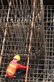 工作者在铁棍工作在建造场所 库存照片