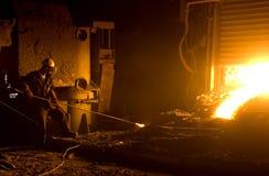 工作者在铸造厂 免版税图库摄影