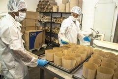 工作者在面包、蛋糕和意大利节日糕点产业的生产线工作在圣保罗 免版税图库摄影