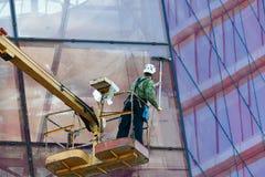 工作者在高度的清洁窗口 库存照片