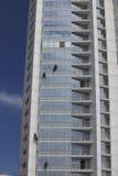 工作者在高度的清洁窗口 免版税图库摄影