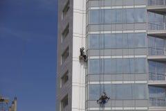 工作者在高度的清洁窗口 免版税库存图片