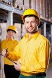 工作者在仓库里 免版税库存图片