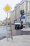 工作者在Ohotniy Riad街道上的一种推力工作在莫斯科的中心 库存照片