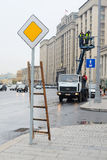 工作者在Ohotniy Riad街道上的一种推力工作在莫斯科的中心 免版税图库摄影