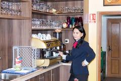工作者在Sighisoara镇附近准备在一个咖啡机器的咖啡在路旁咖啡馆在罗马尼亚 免版税库存照片