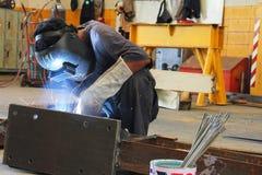 工作者坐的焊接 库存图片