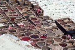工作者处理在五颜六色的晒黑的水池掩藏在一个传统皮革皮革厂, Fes 免版税库存图片