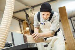 工作者处理木材加工机器的委员会 免版税图库摄影