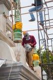 工作者安装顶面塔对地下室 库存图片
