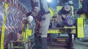 工作者导致金属网在工厂 影视素材